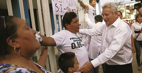 El gobernador dialogó con el líder cívico amarrado a la verja, para que levante la medida