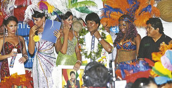Evo Morales compartió con los carnavaleros de las ciudadelas en las cabañas. Vistieron casacas por el Sí