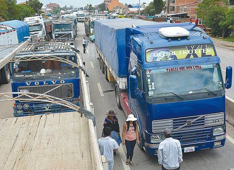 Cochabamba. Afectados por el bloqueo de camiones de alto tonelaje en la localidad de Suticollo.