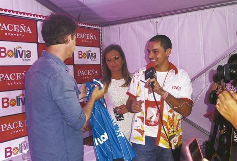 """¡DE BLOOMING SEÑORES! El presentador de TV Pablo Fernández le regaló una polera del equipo deportivo. Muchos le gritaron: """"¡No te la pongás, Edward!"""""""