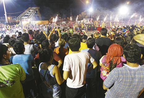 MUCHA GENTE OBJETÓ EL ACCESO AL CAMBÓDROMO.    Muchos miracorso se quedaron con las ganas de apreciar de cerca  a los grupos y comparsas carnavaleras. Se quejaron por el control