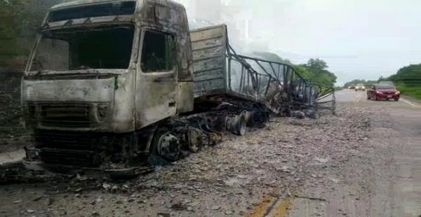 La explosión destruyó la capa asfáltica de la carretera
