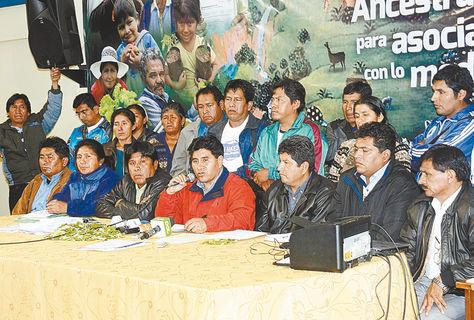 Reunión. El ministro César Cocarico (c.) informa del acuerdo alcanzado con dirigentes yungueños, ayer.
