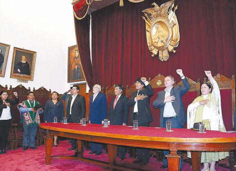 Sucre. El presidente Evo Morales y autoridades de tres órganos del Estado entonan el Himno Nacional, antes de que rijan tres nuevos códigos.