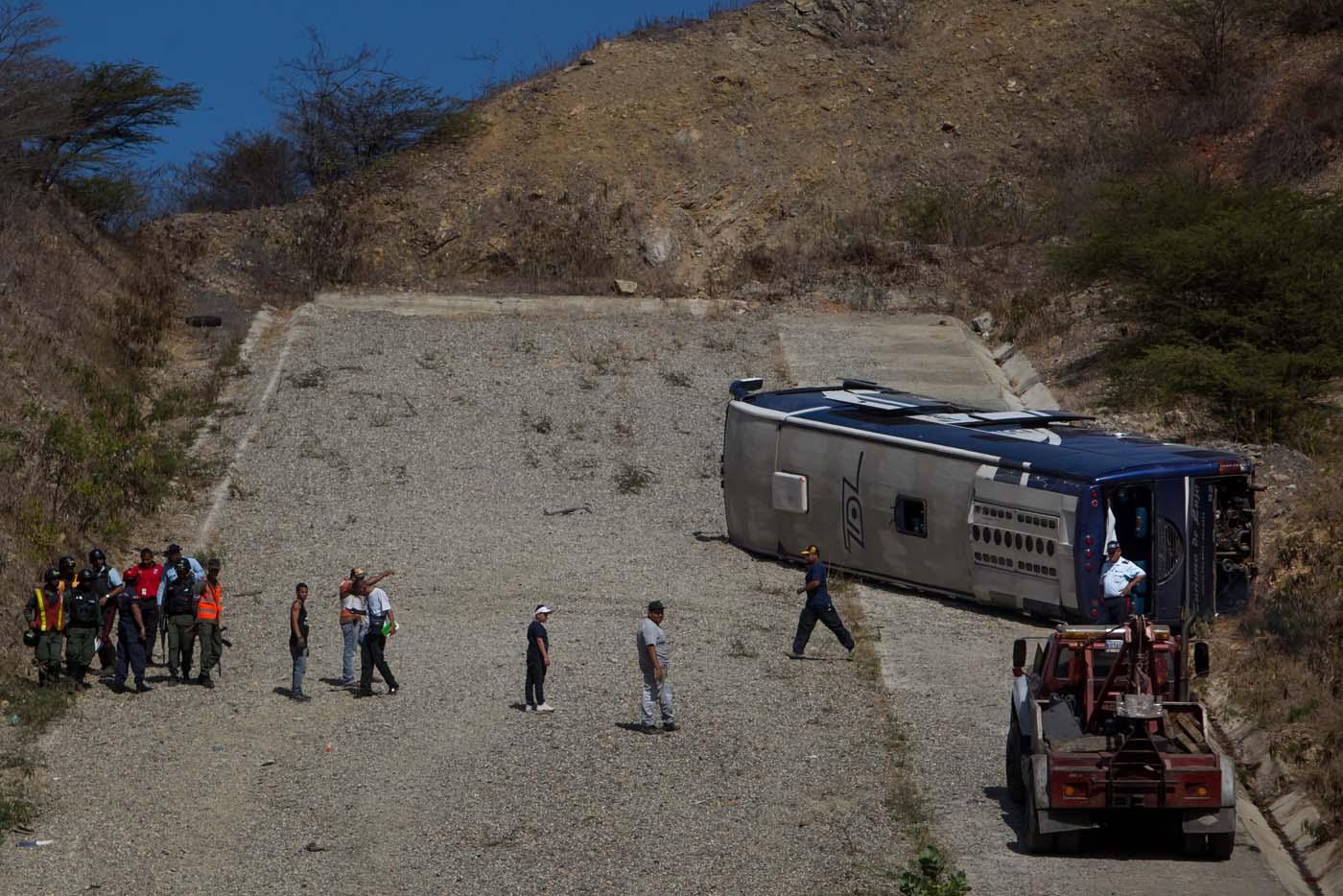CAR01. LA GUAIRA (VENEZUELA), 10/02/2016.- Un grupo de operadores de grúa ponen un gancho al autobús que trasladaba al equipo argentino Huracán hoy, miércoles 10 de febrero de 2016, en la autopista Caracas – La Guaira (Venezuela). El autobús que trasladaba hoy al Huracán argentino al aeropuerto de Maiquetía, tras eliminar este martes al Caracas en la fase previa de la Copa Libertadores, sufrió un accidente y volcó. No hubo heridos de gravedad, pero los jugadores Patricio Toranzo y Diego Mendoza, autor del gol que dio la clasificación a su equipo para la fase de grupos, y el preparador físico Pablo Santella fueron trasladados a un hospital cercano para recibir atención por golpes menores. EFE/MIGUEL GUTIÉRREZ