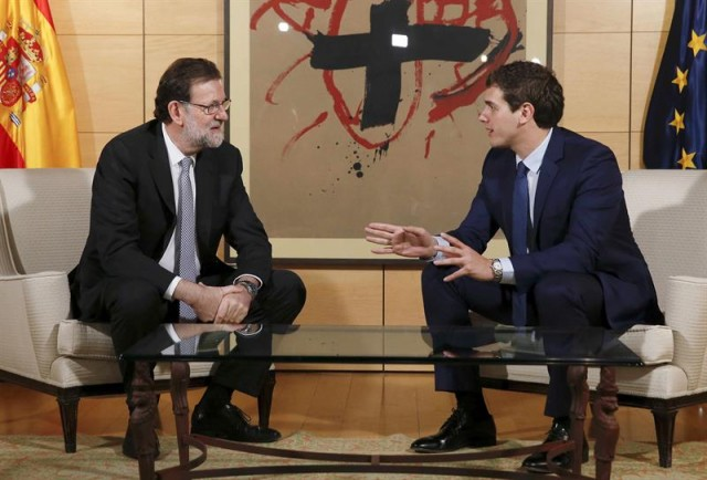 El presidente del Gobierno, Mariano Rajoy (i), y el líder de Ciudadanos, Albert Rivera (d), durante la reunión que han mantenido hoy en el Congreso para explorar posibilidades de acuerdo en las negociaciones de investidura. EFE