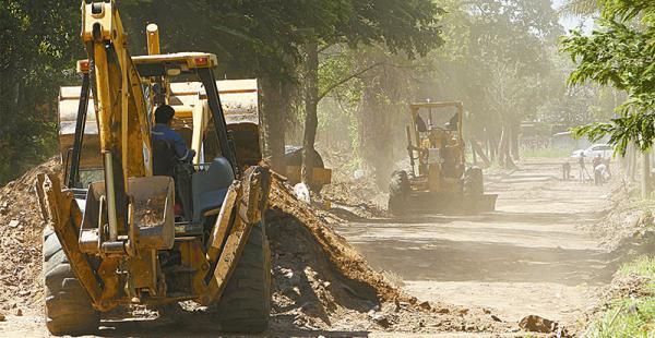 Obreros de la empresa contratada por la Alcaldía pavimentan la calle adyacente al lote depredadoObreros de la empresa contratada por la Alcaldía pavimentan la calle adyacente al lote depredado