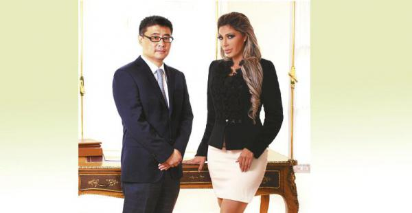 Zapata, junto al vicepresidente de la CAMC en Bolivia, Shen Wei, fotografiados para una separata de la empresa