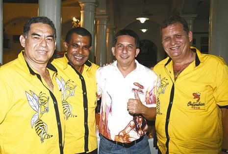 Los Chuturubises, de amarillo, 'Lucho' Ruiz, Jorge Jáuregui y Rolando Pol, con el pichón Javier Silva, quienes se pusieron al día en las noticias carnavaleras