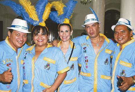 No podían faltar a la gran cita carnavalera. Roly Calvo, Roxana de Calvo, Guery Rojas y Mariano Arroyo, posando para el recuerdo