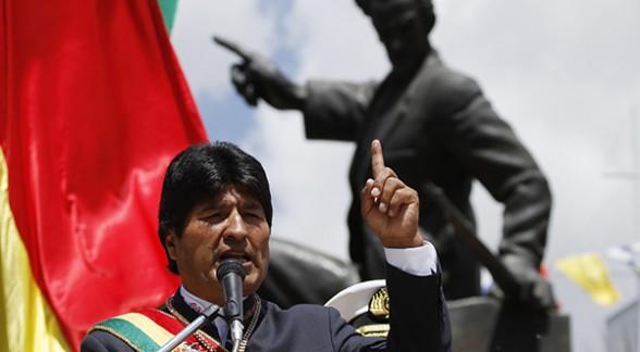 El presidente Evo Morales durante su discurso por el aniversario 134 de la pérdida del Litoral en la plaza Eduardo Abaroa de la ciudad de La Paz, ayer. Las principales autoridades del Estado asistieron al acto. - Ap Agencia