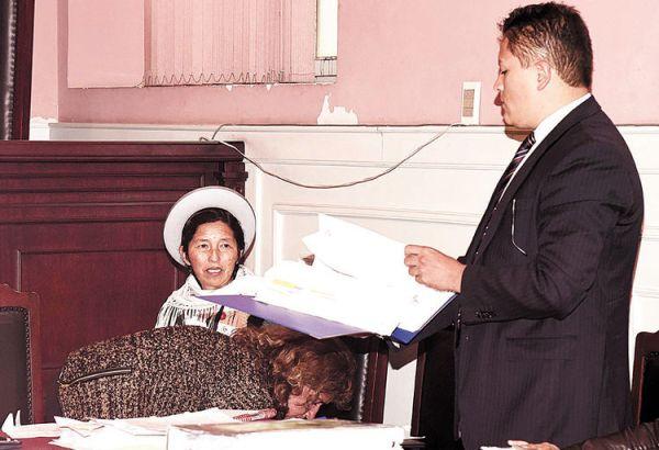 Detenida. La exministra de Desarrollo Rural Julia Ramos, junto a su abogado, en una audiencia.