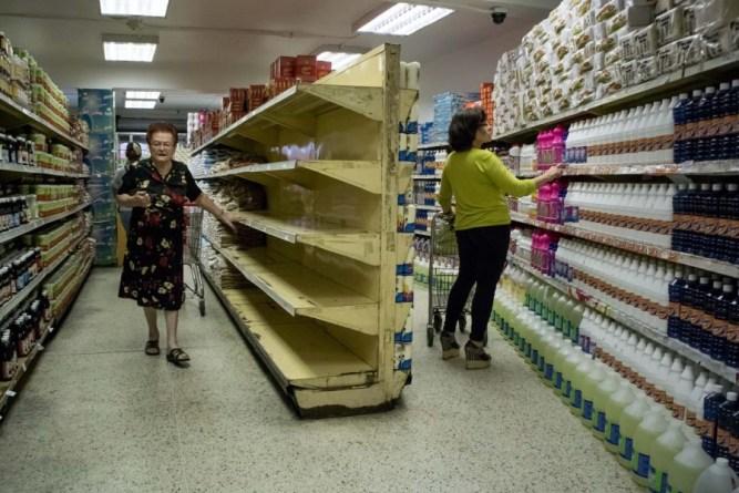 CAR01. CARACAS (VENEZUELA), 11/02/2016.- Dos mujeres realizan compras en un supermercado hoy, jueves 11 de febrero de 2016, en Caracas (Venezuela). El Parlamento venezolano declaró hoy la