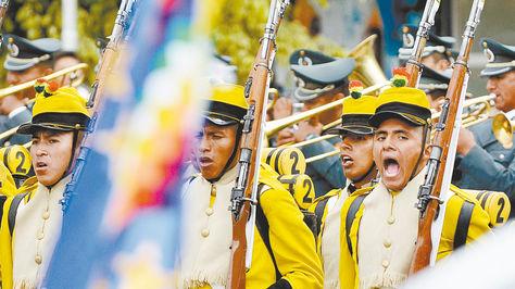 Cochabamba. Efectivos del Regimiento 2º de Infantería deChuquisaca entonan la Marcha Naval en el recordatorio.