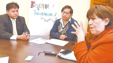 De izquierda a derecha, Ludwin Valverde, José L. Kafka y María Luisa Vallés, miembros de Bolivia Transpa-rente, en entrevista con LaRazón.