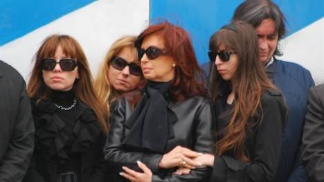 Romina Mercado junto a la presidenta de la nación con su hermana Natalia - Foto: OPI Santa Cruz.