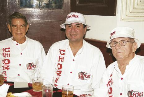 Tres socios del grupo carnavalero Choris:  Alfredo Vaca, Arturo Rivas y Wálter Gómez, con sus casacas