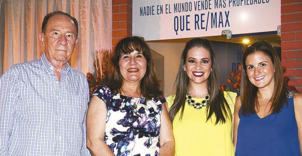 Róger Ortiz, Carmiña Fernández, Bárbara Cronenbold y Laura Carrión, felices de conocer las modernas instalaciones