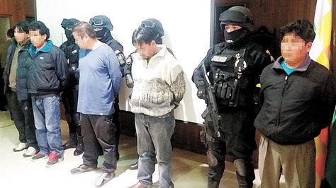 BANDA. Cuatro de cinco sospechosos que presentó la Policía ayer.