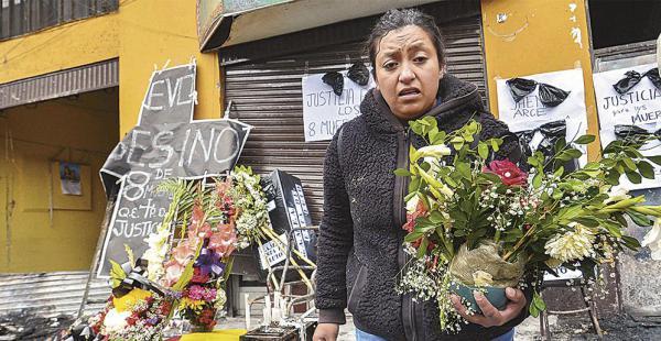 Vecinos de El Alto y funcionarios municipales colocan flores al frente de la Alcaldía