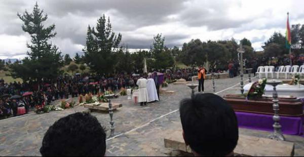 Las principales autoridades de ese municipio acudieron a la misa de cuerpo presente de los fallecidos que serán enterrados en esa urbe.