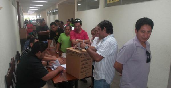 La gente comenzó a votar en los diferentes recintos electorales