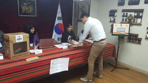 El primer boliviano en emitir su voto en Seúl. Foto: TSE