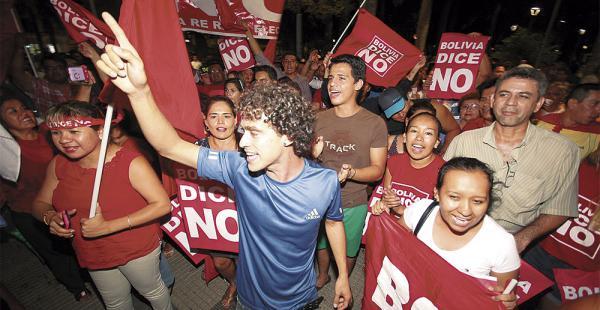 En la plaza 24 de Septiembre, en Santa Cruz, los que respaldaron la opción del No salieron a festejar