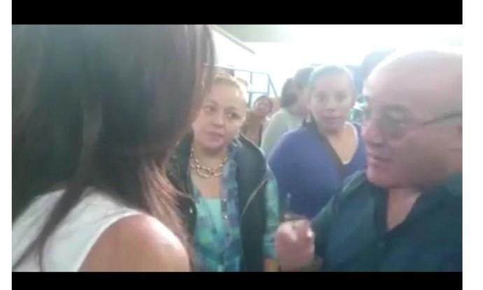 Hugo Moldiz y Carola Castedo en un recinto electoral de La Paz. Foto: Captura de video