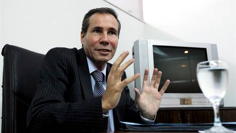 Late Argentine prosecutor Alberto Nisman gestures during a meeting with journalists in Buenos Aires May 29, 2013. The Argentine prosecutor found dead after accusing the president of whitewashing a deadly 1994 bombing embezzled state funds to take prostitutes on lavish vacations, the government said on Thursday, deepening the scandal over his death early this year. Picture taken May 29, 2013. To match story ARGENTINA-PROSECUTOR/   REUTERS/Marcos Brindicci buenos aires Alberto Nisman investigacion suicidio asesinato fiscal del caso AMIA investigacion muerte fiscal alberto nisman foto del fiscal muerto fallecido
