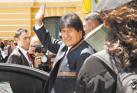 El presidente Morales saluda al salir de Palacio. Foto: Ángel Illanes