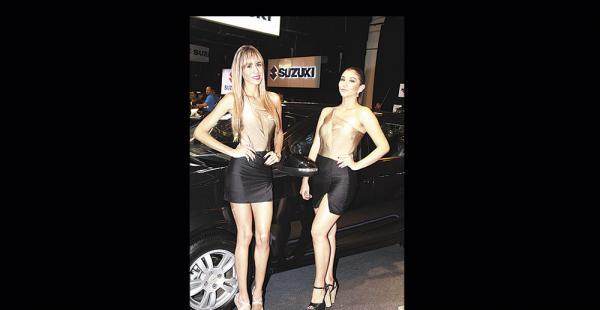 Melania Bruckner y Mariela Reyes fueron las azafatas que explicaron a los invitados cada detalle de los nuevos modelos