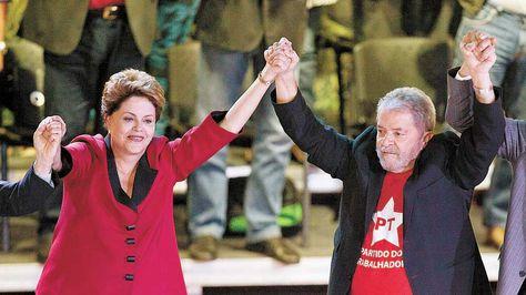 Aliados. La mandataria Dilma Rousseff y el exgobernante Lula da Silva están en el ojo de la tormenta. Foto: EFE