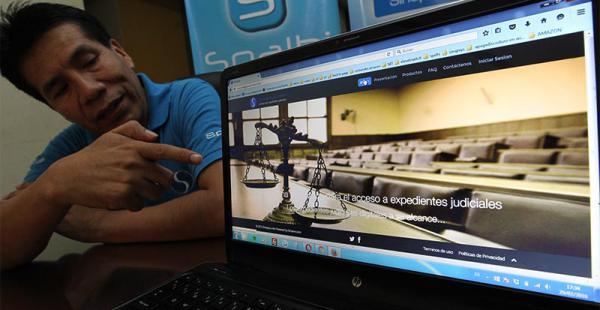 Rolando Martínez, director de Smainn, muestra el sitio Sinapxys.comRolando Martínez, director de Smainn, muestra el sitio Sinapxys.com