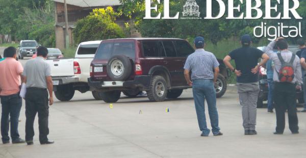 Los expertos llegaron acompañados del director de la Felcc Juan Carlos Ramos hasta la avenida Piraí, donde el viernes ocurrió la balacera