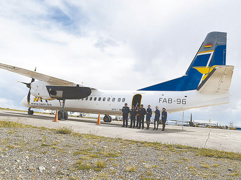 Demostración. Jefes de la FAB antes de sobrevolar en un avión chino ya reparado en El Alto.