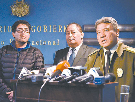 Conferencia. Marcelo Elío (izq.), después del ataque a la Alcaldía de El Alto, el 17 de febrero.