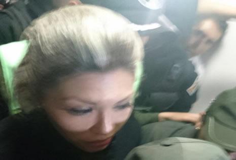 La mujer abandonó el juzgado bajo un estricto control policial.