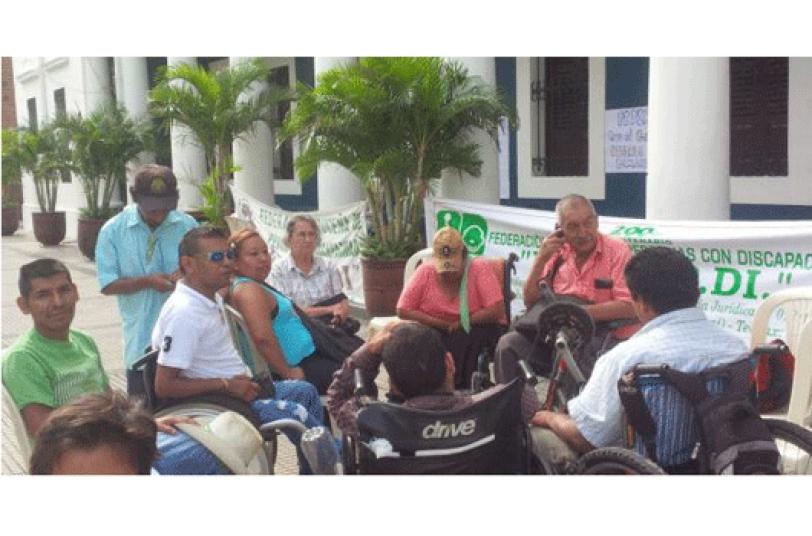 PROTESTA. Personas con discapacidad protestan en la Brigada exigiendo bono.