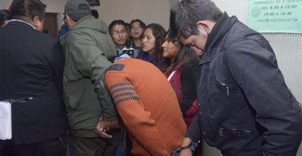 Integrantes de la pandilla Cartel Family esperan en la Policía mientras un juez define su situación jurídica