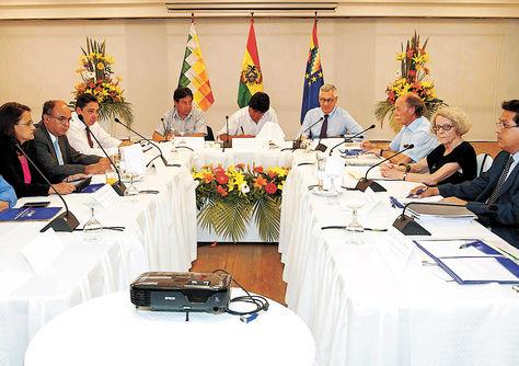 Santa Cruz. El presidente Evo Morales junto al equipo jurídico de la demanda marítima, el 11 de febrero.