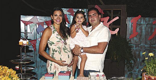 Paola Coimbra y Fabio Gutiérrez con su primogénita, Fabianne Gutiérrez