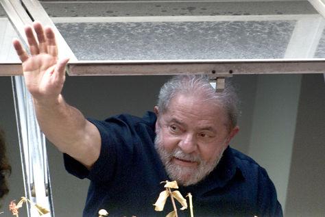 Luiz Inácio Lula da Silva saluda a sus partidarios de una ventana del Partido de los Trabajadores (PT) en la sede de Sao Paulo. Foto: AFP