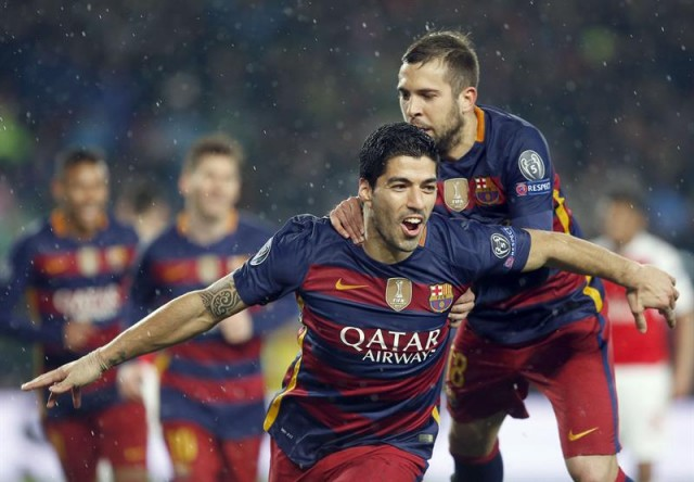 El delantero uruguayo del FC Barcelona Luis Suárez celebra con su compañero, Jordi Alba, el gol marcado ante el Arsenal. EFE