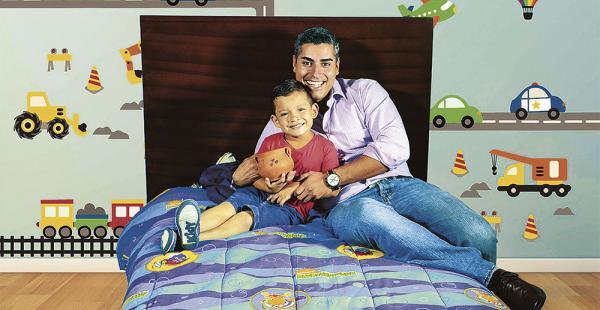 Si bien Alejandro Gutiérrez no es papá, no dudó un segundo cuando la mueblería Inti le pidió que sea su imagen para esta campaña. El niño Agustín disfrutó hacerse pasar como su hijo