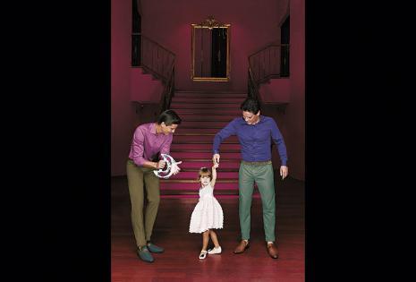 Reyes Antelo (padre), Reyes (hijo) y la pequeña Nazarena deslumbraron a tres tiendas: Sergio's, Dudalina y Sexto Sentido. La nieta fue la más posadora y se roba el show
