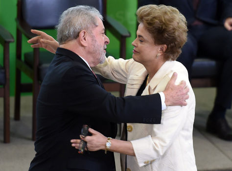 Luiz Inácio Lula da Silva abraza a Dilma Rousseff después de ser posesionado como ministro de la Presidencia. Foto: AFP