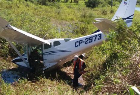 La avioneta cayó en medio de un charco y sus tripulantes salieron ilesos