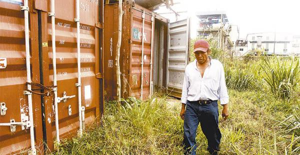 en san buenaventura extrabajadores muestran los contenedores donde dicen que dormían Armindo Curena camina por el lugar donde vivió cuando trabajaba para la china CAMC