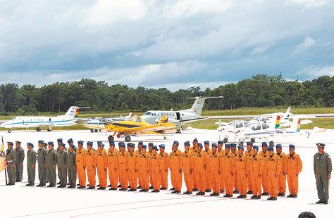Conferencia. Pilotos de la FAB en la inauguración del Curso y Centro de Entrenamientos en Chimoré, Cochabamba, en febrero.